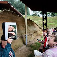 Nederland, Maastricht, 13 juli 2015.<br /> De neaderthalersite aan de rand van golfbaan Dousberg is na lange vertraging open.De gids en geinteresseerden verzamelen bij de brasserie van Maastricht Golf, waana te voet over de golfbaan de oversteek wordt gemaakt naar de neanderthalersite, grondgebied Veldwezelt.<br /> Op de foto:De toegangpoort/hek tot de Archeologische vindplaats Veldwezelt Hezerwater is versierd met o.a. figuurtjes met Neanderthalers en de weg naar de site toe versierd met figuratieve  dieren en Neanderthalers uit de betreffende periode op ware grootte.<br /> Foto: Jean-Pierre Jans