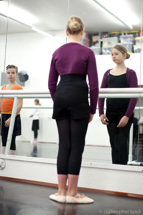 Balletclass at JSB, Bára's Jazzballetschool in Reykjavík, Iceland. Girls of age 10-12 dancing at a open house for parents. Ballettími hjá JSB - Jazzballetskóla Báru. Bjargey að æfa ásamt stöllum sínum.