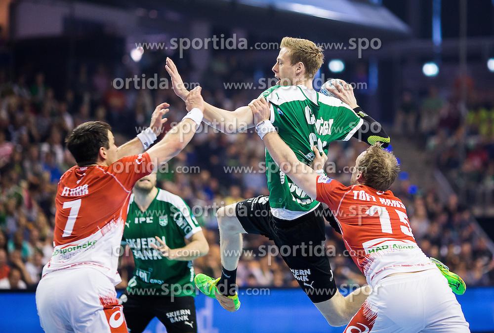 Berlin, Deutschland, 16.05.2015:<br /> Handball EHF Pokal Halbfinale Spiel 1 2014 / 2015 - Skjern Handbold - HSV Hamburg - EHF CUP Finals 2014/15.<br /> <br /> Lasse Mikkelsen (Skjern Handbold #15) - Matthias Flohr (HSV #7), Henrik Toft Hansen (HSV #15) *** Local Caption *** &copy; pixathlon
