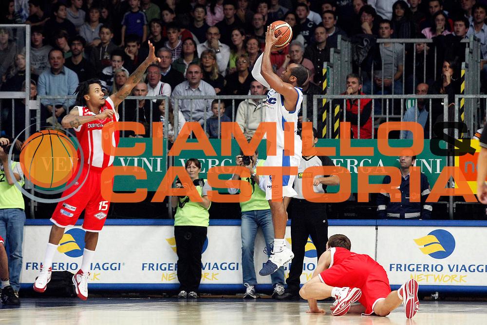 DESCRIZIONE : Cantu Lega A1 2008-09 NGC Cantu Bancatercas Teramo<br /> GIOCATORE : Sundiata Gaines<br /> SQUADRA : NGC Cantu<br /> EVENTO : Campionato Lega A1 2008-2009<br /> GARA : NGC Cantu Bancatercas Teramo<br /> DATA : 09/11/2008<br /> CATEGORIA : Tiro<br /> SPORT : Pallacanestro<br /> AUTORE : Agenzia Ciamillo-Castoria/G.Cottini