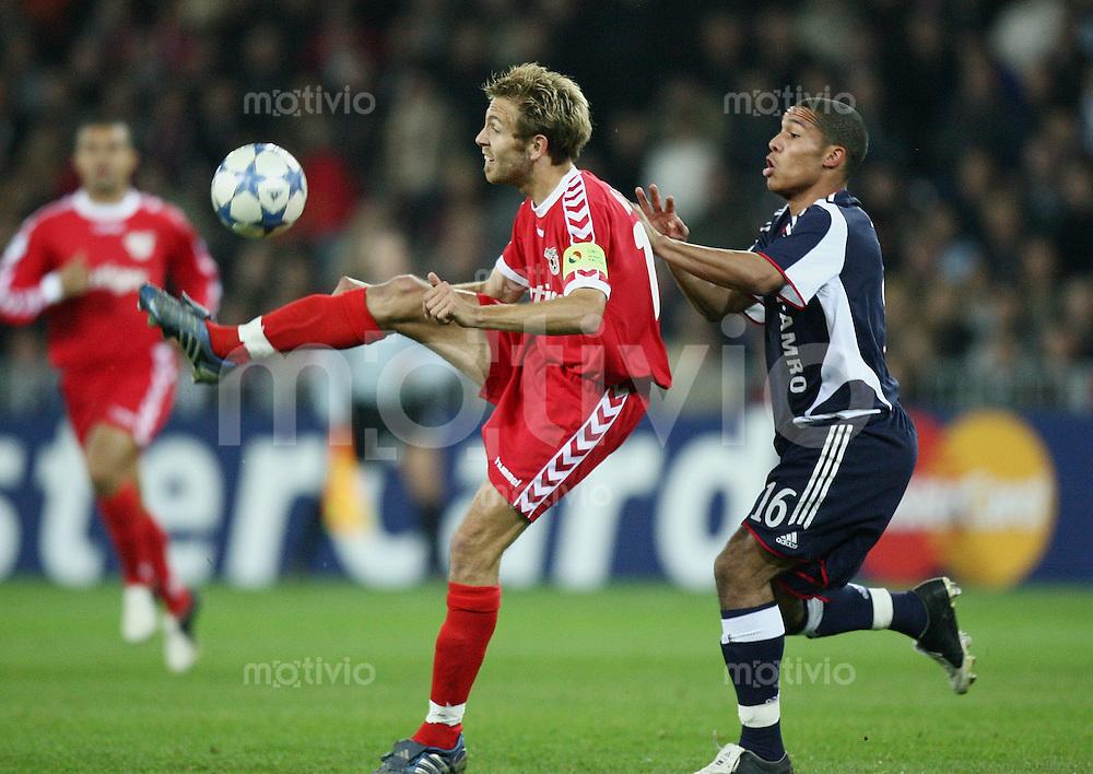 Fussball International Champions League 2005/2006 FC Thun - Ajax Amsterdam Silvan Aegerter (T,li) gegen Nigel De Jong (A)