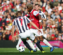 25.09.2010, Emirates Stadium, London, ENG, PL, Arsenal vs west Bromwich Albion, im Bild Arsenal's Alex Song takes on West Brom's James Morrison, EXPA Pictures © 2010, PhotoCredit: EXPA/ IPS/ Mark Greenwood *** ATTENTION *** UK AND FRANCE OUT! / SPORTIDA PHOTO AGENCY
