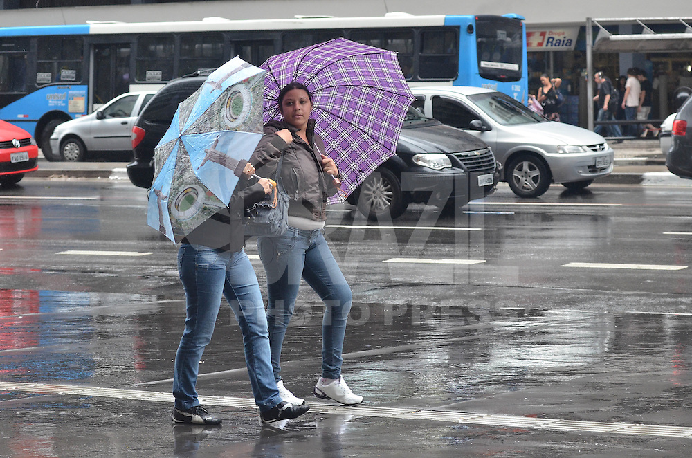 SAO PAULO, SP, 10 DE JANEIRO DE 2013. - CLIMA TEMPO SP - Chuva atinge a capital, na Avenida Paulista, na tarde desta quinta feira, 10, regiao central da capital.   (FOTO: ALEXANDRE MOREIRA / BRAZIL PHOTO PRESS).