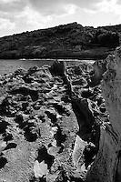 Marina di Novaglie. Sciogliera. Interessante la conformazione degli scogli che presentano una erosione simile ad un paesaggio lunare.