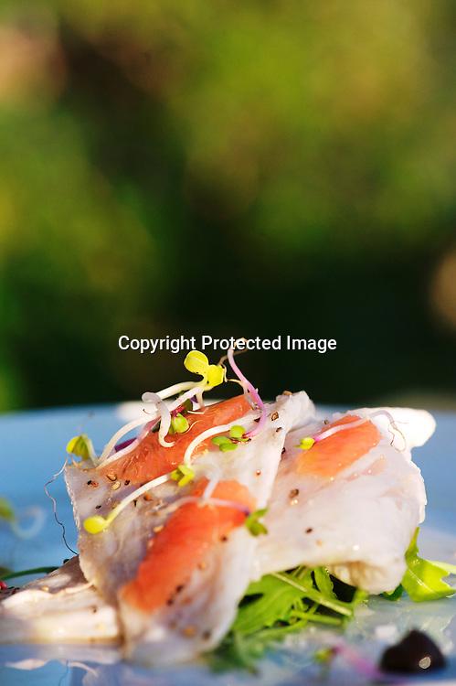 Marco le jeune chef du Divino, un restaurant qui profite d'une vue splendide sur la baie concocte des plats raffinés plein de passion et de couleurs à base d'ingrédients locaux. Il a un coup de c?ur pour le fois gras qu'il revisite avec du sel au fleur de rose et des petites cerises de l'île. Un délice !