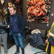 NLD/Amsterdam/20190311 - Wesly Bronkhorst verrast met schilderij, met partner en kunstenares