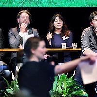Nederland, Amsterdam , 10 maart 2015.<br /> Debat omtrent z.g. Blooming Cities in Pakhuis de Zwijger onder leiding van moderator Natasja van den Berg.<br /> Blooming Cities #2: Bloeiende scholen.<br /> Hoe maken we scholen groener en slimmer?<br /> Planten hebben aantoonbaar positieve effecten op het leef- en leerklimaat. Veel scholen in de stad zijn dan ook op zoek naar manieren om hun pleinen, lokalen en andere ruimtes groener te maken.<br /> Hoe krijg je je school groener, buiten én binnen? Hoe financier je dat? Hoe betrek je ouders? Hoe regel je als school het onderhoud?<br /> <br /> Deze vragen en succesvolle voorbeelden staan centraal op 10 maart. Pakhuis de Zwijger organiseert samen met Innovatiemotor Greenport Aalsmeer en verschillende partijen uit het Amsterdamse onderwijs en de tuinbouw het programma 'Blooming Cities': Bloeiende scholen - Hoe maken we scholen groener en slimmer?<br /> De tuinbouw laat groene oplossingen zien voor scholen met bijvoorbeeld groene schoolpleinen, plantenwanden, schooltuinen, groene daken, luchtzuiverende planten en nieuwe concepten voor leren met bloemen en planten. Zo kunnen stad en tuinbouw samen werken aan groener en slimmer onderwijs.<br /> Op de foto: Aan de discussie tafel zitten v.l.n.r. Carel Krol (docent biologie, Clusius College, groene vmbo opleiding), Nico Moen (schoolleider bedrijfsvoering & communicatie IJburg College Amsterdam), Agnes van den Berg (omgevingspsycholoog, hoogleraar beleving en waardering van natuur en landschap aan de Rijksuniversiteit Groningen) en Rik Kuiper (Eigenaar EduScience, coördinator wetenschap, natuur en technologie Daltonschool Neptunus)<br /> Foto:Jean-Pierre Jans