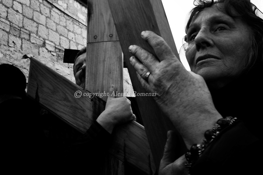 Israel, Jerusalem , Old City : Eastern European Orthodox Christians hold wooden crosses as they walk through the via Dolorosa in Jerusalem's Old City during a Good Friday procession on April 2, 2010. Christian pilgrims from around the world have flocked to the Holy City to mark Good Friday and pray along the traditional route Jesus took to his crucifixion, leading up to his resurrection on Easter.© ALESSIO ROMENZI
