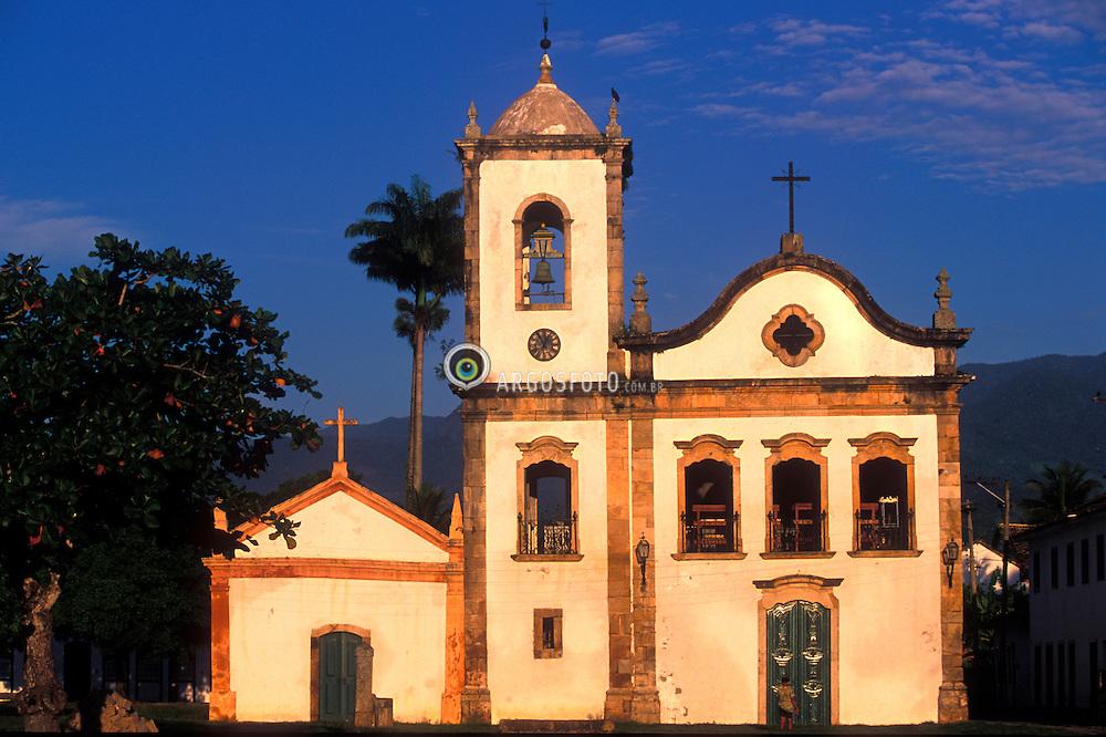 Paraty, RJ, Brasil - 07/02/04.Centro historico de Paraty e Igreja de Sta Rita, no nascer do sol./ Historic city centre of Paraty and Santa Rita Church at sunrise..Foto © Marcos Issa/ Ag.Argosfoto.
