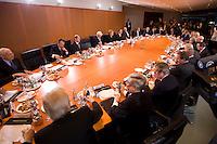 14 DEC 2008, BERLIN/GERMANY:<br /> Uebersicht Sitzngssaal Konjunkturgespraech mit Frank-Walter Steinmeier (Mi-L), SPD, Budnesaussenminister und Angela Merkel (Mi-R), CDU, Bundneskanzlerin, Sitzung der Expertenrunde Wirtschaft zur Banken- und Finanzkrise / Wirtschaftskrise, Kabinettsaal, Bundeskanzleramt<br /> IMAGE: 20081214-01-032<br /> KEYWORDS: Finanzkrise, Bankenkrise, Konjunkturgespräch
