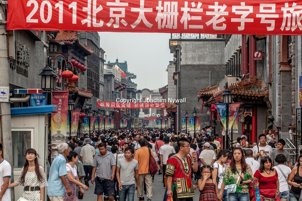 2011 08 Beijing Kina China<br /> Aff&auml;rsgata i centrala Beijing<br /> <br /> ----<br /> FOTO : JOACHIM NYWALL KOD 0708840825_1<br /> COPYRIGHT JOACHIM NYWALL<br /> <br /> ***BETALBILD***<br /> Redovisas till <br /> NYWALL MEDIA AB<br /> Strandgatan 30<br /> 461 31 Trollh&auml;ttan<br /> Prislista enl BLF , om inget annat avtalas.