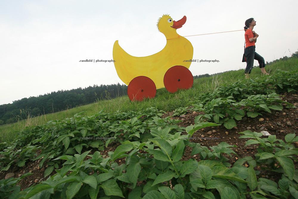 """Eindrücke von der Landschaftkunstaktion """"Vogeley"""" im Rahmen der Kulturellen Landpartie 2007 in Lüchow-Dannenberg."""
