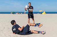 BERGEN - 03-08-2015, strandtraining AZ, strand, AZ speler Jeffrey Gouweleeuw (m), AZ speler Celso Ortiz (l).