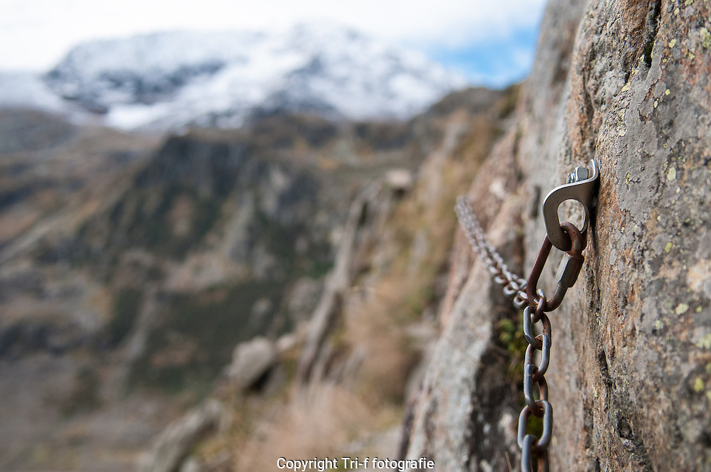 Sicherung mit Ketten auf der Alpine Bergweg zum Trifthütte