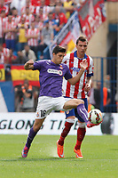 Atletico de Madrid´s Mandzukic (R) and Espanyol´s Javi Lopez during 2014-15 La Liga Atletico de Madrid V Espanyol match at Vicente Calderon stadium in Madrid, Spain. October 19, 2014. (ALTERPHOTOS/Victor Blanco)