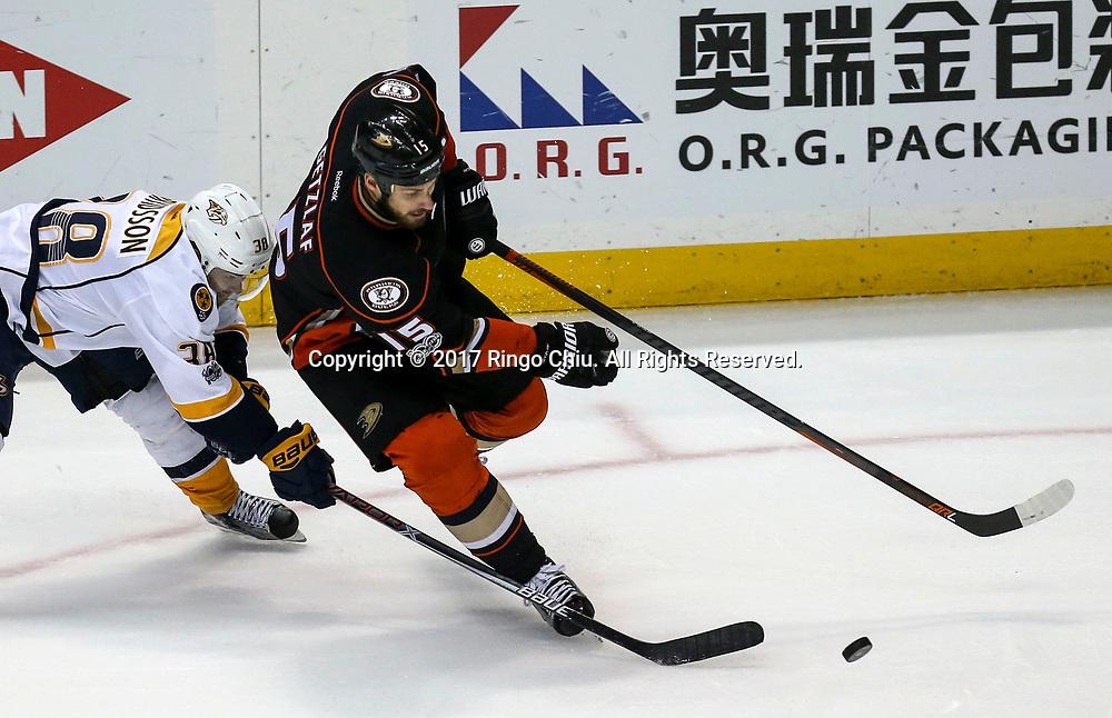 5月12日,纳什维尔捕食者队球员Viktor Arvidsson (左) 与阿纳海姆鸭队球员 Ryan Getzlaf 在比赛中拼抢。当日,在美国加利福尼亚州的阿纳海姆举行的2016-2017赛季國家冰球聯盟(NHL)季后赛西部决赛,阿纳海姆鸭队 (Anaheim Ducks) 主场以3比2不敌纳什维尔捕食者队(Nashville Predators)。新华社发 (赵汉荣摄)