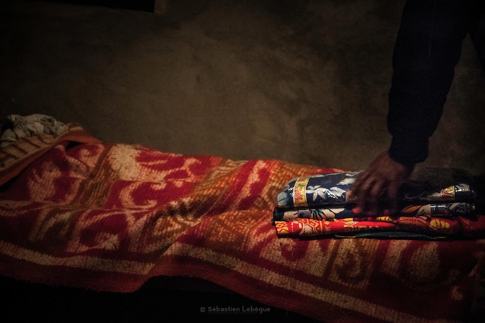Après les lamentations des femmes, l'homme prononce la Parole et pose un don composé d'une étoffe et d'un peu d'argent pour le défunt.