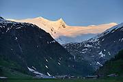 Almsiedlung Innergeschlöß im Gschlößtal mit Blick auf das Gletscherfeld vom Großvenediger (3662 m)  Nationalpark Hohe Tauern, Osttirol in Österreich