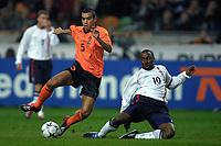 Fotball: Nederland mot England. 13.02.2002. . Giovanni van Bronckhorst fra Nederland i duell med Darius Vassell fra England.<br />Foto: Stanley Gontha, Digitalsport