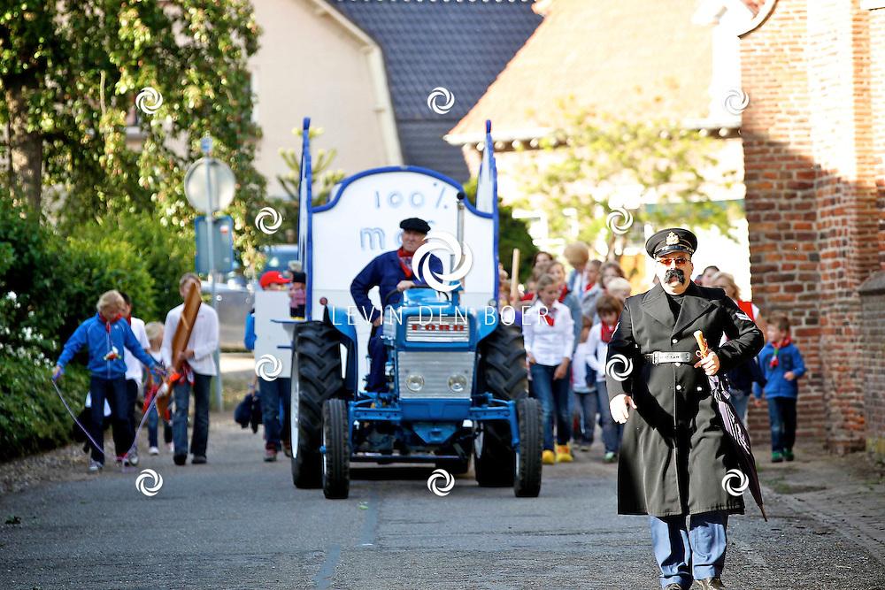 ALEM - Op het terrein van de basisschool aan de St. Odradastraat is dit weekend weer het Alemse Rakkers Kampweekend begonnen. Het thema dit jaar is Hollands. FOTO LEVIN DEN BOER - PERSFOTO.NU