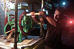 Alberto è proprietario di un bar famoso per i suoi cocktails a base di succo di canna appena spremuto. Un poco di ingegno l'ha portato ad essere conosciutissimo.
