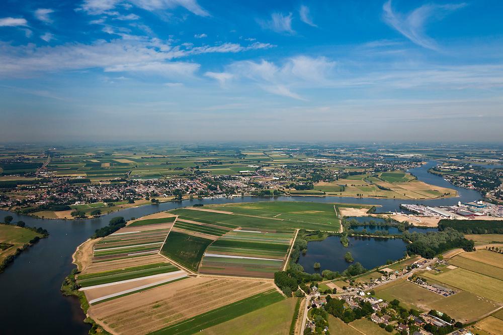 Nederland, Gelderland, Gemeente Zaltbommel, 08-07-2010; Arkenswaard, met Afgedamde Maas, gezien naar het noordwesten. Op het tweede plan en aan de rivier Wijk en Aalburg..Old branch of the Meuse..luchtfoto (toeslag), aerial photo (additional fee required).foto/photo Siebe Swart.