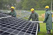 Nederland, Nijmegen, 4-8-2015Op het terrein van de kolengestookte elektriciteitscentrale van gdf-suez wordt een veld vol zonnepanelen geplaatst en vormt een energiecentrale die stroom opwekt. Zonnecentrale, Field of solar panels create electricity. De oude centrale zal vanaf begin 2016 afgekoppeld worden en gesloopt.Foto: Flip Franssen/Hollandse Hoogte