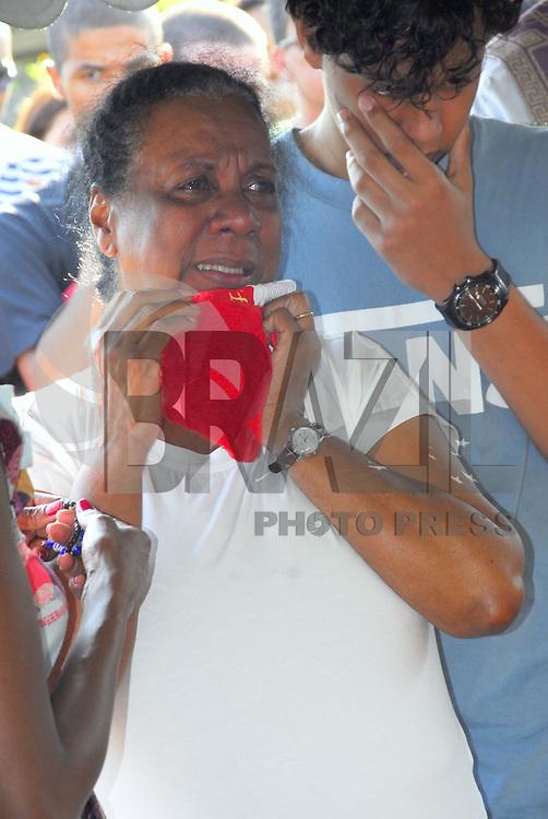 ATEN&Ccedil;AO EDITOR  FOTO EMBARGADA PARA VEICULOS INTERNACIONAIS. NITEROI, RJ 26 DE OUTUBRO 2012 - SEPULTAMENTO DO DESEMBARGADOR ASSASSINADO EM NITER&Oacute;I.  Nesta tarde de sexta feira 26, foi sepultado o desembargador assassinado com 2 tiros em Icarai zona sul da cidade de Niteroi, regiao metropolitana do Rio de janeiro. <br /> O sepultamento foi no cemit&eacute;rio Parque da Colina em Pendotiba e contou com a presen&ccedil;a de v&aacute;rios juizes e desembargadores e o presidente do Tribunal de Justi&ccedil;a Manuel dos Santos Rebelo.<br /> A viuva Dona Maria Jose de blusa branca <br /> FOTO RONALDO BRANDAO/ BRAZIL PHOTO PRESS