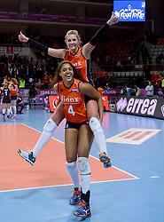 06-01-2016 TUR: European Olympic Qualification Tournament Turkije - Nederland, Ankara<br /> Nederland wint met 3-0 van Turkije / Nederland viert feest met Laura Dijkema #14, Celeste Plak #4