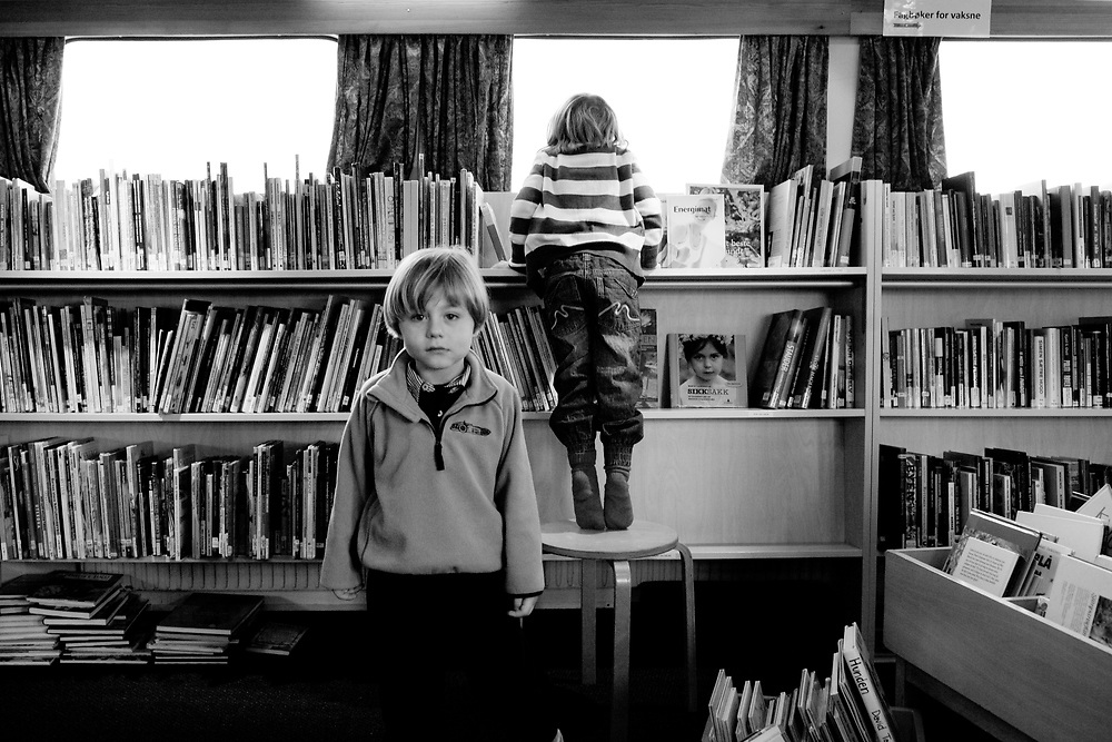 Boy and girl in the library..Photo by Knut Egil Wang /MOMENT