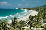 Vista de Playa El agua. Este es uno de los sitios más famosos y concurridos de la Isla de Margarita. 2005. (Ramón Lepage / Orinoquiaphoto)  View of Beach El Agua. This one is one of the most famous and crowded places of Margarita's Island. 2005. (Ramon Lepage / Orinoquiaphoto)