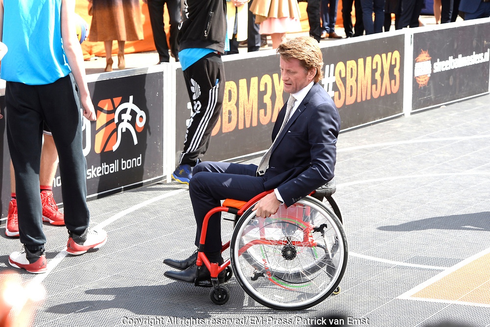 Koningsdag 2017 in Tilburg / Kingsday 2017 in Tilburg<br /> <br /> Op de foto / On the photo:  Prins Pieter-Christiaan werpt een basketbal /// Prince Pieter-Christiaan throws a basketball