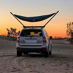 "June 6, 2017 - inconnu - A hammock that can be mounted on a car roof is set to make exploring a more comfortable experience. The US-designed TrailNest collapsible roof-top stand lets a hammock be used just about anywhere.The main reason is sometimes there are no trees – such as in desserts, grassy plains or snowfields.The stand gives adventurers somewhere to hitch their hammock and also provides an elevated view of the surrounding area.The stands attach to car roof bars and each stands holds up to 250 pounds in weight / just over 113 kilos.Inventor Chris Blackthorn said he got the idea after taking his hammock for a drive through the Mojave dessert.He explained it is renowned for beautiful desert vistas but not for an abundance of trees. He added:""Searching the desert, I finally found a withered trunk with just enough tenacity to suspend one end of my hammock while the other hung from my roof rack. ""The view of the cloudless, starlit sky was beautiful, even if the location near my lone tree was otherwise less than ideal. ""My peaceful solitude was not to last, however, as shortly after dozing off I was awakened by an inquisitive band of coyotes who were persistent enough to return repeatedly throughout the night.""Upon returning home I began to look at roof top tents, hoping to gain some separation above curious wildlife. ""The idea of a tent on the warm summer nights didn't sound much better than my sleeping platform, though.""I decided that some experiments were in order, and began the design and construction of the hammock stand.""I am finally ready to share with everyone the joy that my hammock stand has added to my overland journeys. ""Pulling into camp each night, I finally feel an excitement that was previously lacking, and I can't wait to stretch out each night in a spacious hammock. ""The rooftop vantage elevates me above my surroundings and I fall asleep to views that I will remember for decades"
