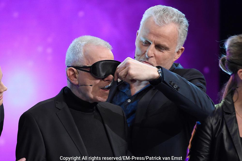 Eerste liveshow van MindMasters, een zoektocht naar de beste mindmaster van Nederland  in Studio Aalsmeer.<br /> <br /> Op de foto: boer Geert Krops en Peter R de Vries