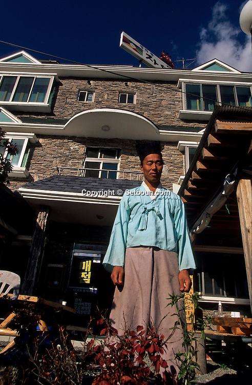 """traditional Confucianist village.  Seoul  Korea   village traditionnel confucianiste de Chonhakdong; SO FUNG SO l'aubergiste  hôtel la nature"""" ancien cultivateur""""  Chonhakdong  coree  ///R20131/    L0006893  /  R20131  /  P104902"""