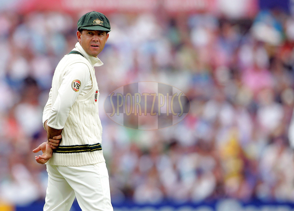 © SPORTZPICS / Seconds Left Images 2009 - Ricky Ponting looks around & checks his field from his position in the slips -    England v Australia - The Ashes 2009 - 5th npower Test  Match - Day 1 - 20/08/09 - The Brit Oval - London -  UK - All Rights Reserved
