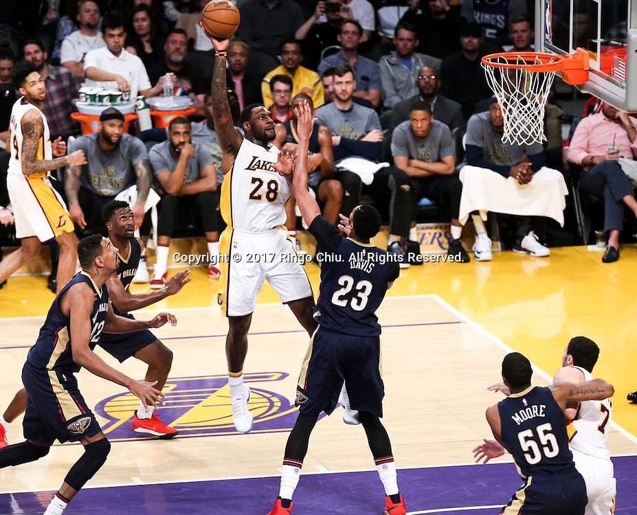 3月5日,洛杉矶湖人队球员塔里克-布莱克(中)在比賽中投篮。 当日,在2016-2017赛季NBA常规赛中,洛杉矶湖人队主场以97比105不敌新奥尔良鹈鹕队。 新华社发 (赵汉荣摄)New Orleans Pelicans defeats Los Angeles Lakers 97-105 during an NBA basketball game Tuesday, March 5, 2017, in Los Angeles. (Photo by Ringo Chiu/PHOTOFORMULA.com)<br /> <br /> Usage Notes: This content is intended for editorial use only. For other uses, additional clearances may be required.