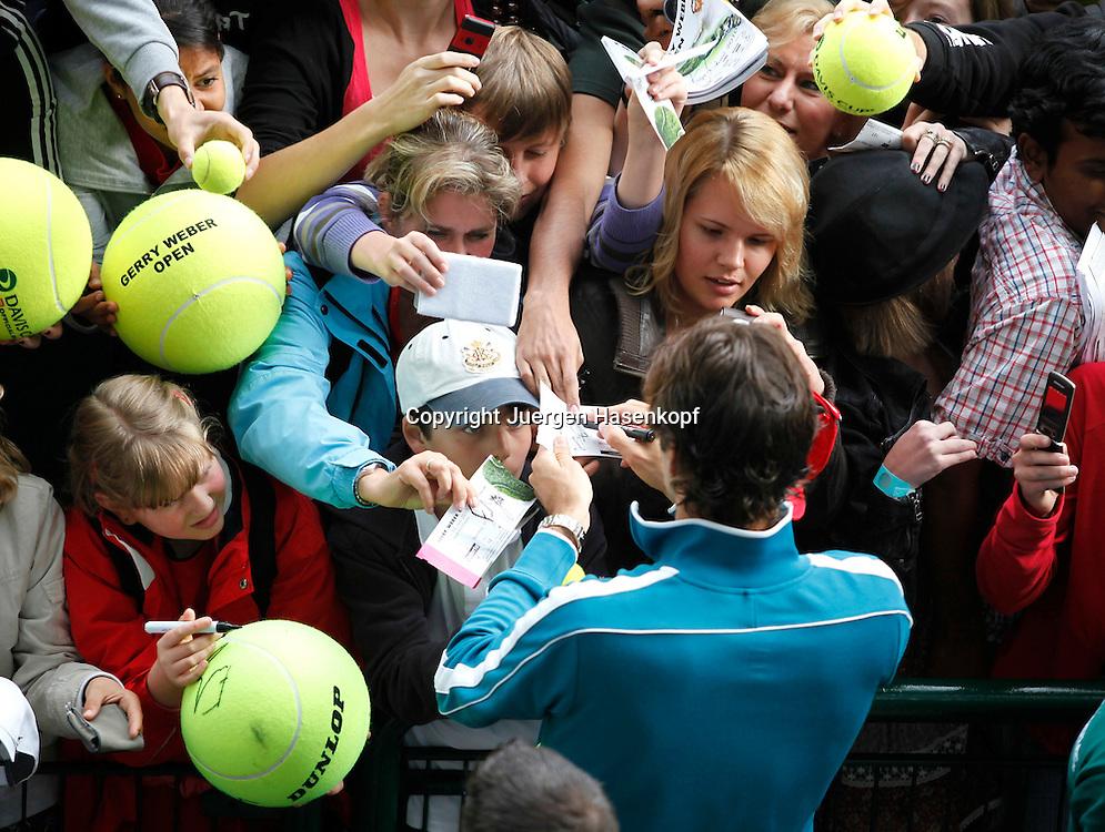 Gerry Weber Open 2010, Halle (Westf.), Tennis, ATP Turnier, kleiner Junge.in der Menschenmenge wartet auf ein Autogramm von Roger Federer,..Foto: Juergen Hasenkopf..