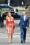 Zijne Majesteit Koning Willem-Alexander en Hare Majesteit Koningin Máxima brengen een werkbezoek aan de Duitse deelstaten Rijnland-Palts en Saarland.<br /> <br /> His Majesty King Willem-Alexander and Her Majesty Queen Máxima paid a working visit to the German federal states of Rhineland-Palatinate and Saarland.<br /> <br /> op de foto / On the Photo: Bezichtiging Porta Nigra, hét herkenningsteken van Trier / Viewing Porta Nigra, the landmark of Trier.