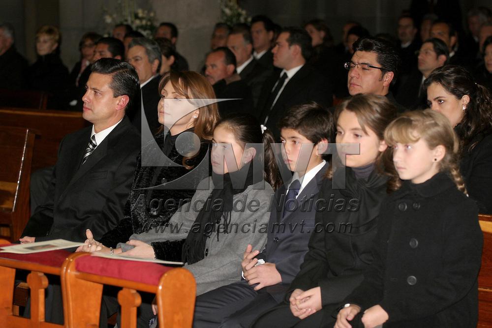Toluca, Mex.- Enrique Pe&ntilde;a Nieto Gobernador del Estado de M&eacute;xico, acompa&ntilde;ado de Ang&eacute;lica Rivera y de sus hijos acudieron a la misa del tercer aniversario luctuoso de M&oacute;nica Pretelini, celebrada en la Catedral de Toluca. Agencia MVT / Jos&eacute; Hern&aacute;ndez. (DIGITAL)<br /> <br /> NO ARCHIVAR - NO ARCHIVE