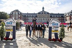 BLUM Simone (GER), DSP Alice, ROTHE Sara (DKB), BERGMANN Lisa ( Vertreterin Mauser), ORTH Philipp (Marketing Bemer), DURBAN Alexander (Riders Tour)<br /> Münster - Turnier der Sieger 2018<br /> Siegerehrung zum Marktkauf-Cup<br /> DKB-Riders Tour, Qualifikation zur Wertungsprüfung<br /> 25. August 2018<br /> © www.sportfotos-lafrentz.de/Stefan Lafrentz