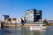 Europa, Deutschland, Duesseldorf, der Medienhafen mit dem Hyatt Regency Hotel, Ausflugsschiff.<br /> <br /> Europe, Germany, Duesseldorf, the Medienhafen (Media harbour) with the Hyatt Regency Hotel, excursion boat.