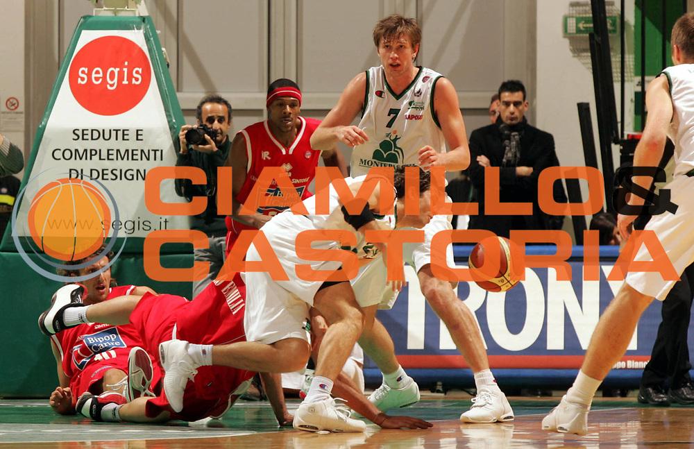 DESCRIZIONE : Siena Lega A1 2005-06 Montepaschi Siena Bipop Carire Reggio Emilia <br /> GIOCATORE : Boisa Pecile <br /> SQUADRA : Montepaschi Siena <br /> EVENTO : Campionato Lega A1 2005-2006 <br /> GARA : Montepaschi Siena Bipop Carire Reggio Emilia <br /> DATA : 18/12/2005 <br /> CATEGORIA : Rimbalzo <br /> SPORT : Pallacanestro <br /> AUTORE : Agenzia Ciamillo-Castoria/P.Lazzeroni