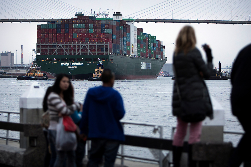 02/16/2015: SAVANNAH, GA: The 1,095-foot containership Evergreen Lissome sails up river Monday, Feb. 16, 2015, to the Port of Savannah past visitors along River Street in Historic downtown Savannah, Ga. (Stephen B. Morton for The New York Times)