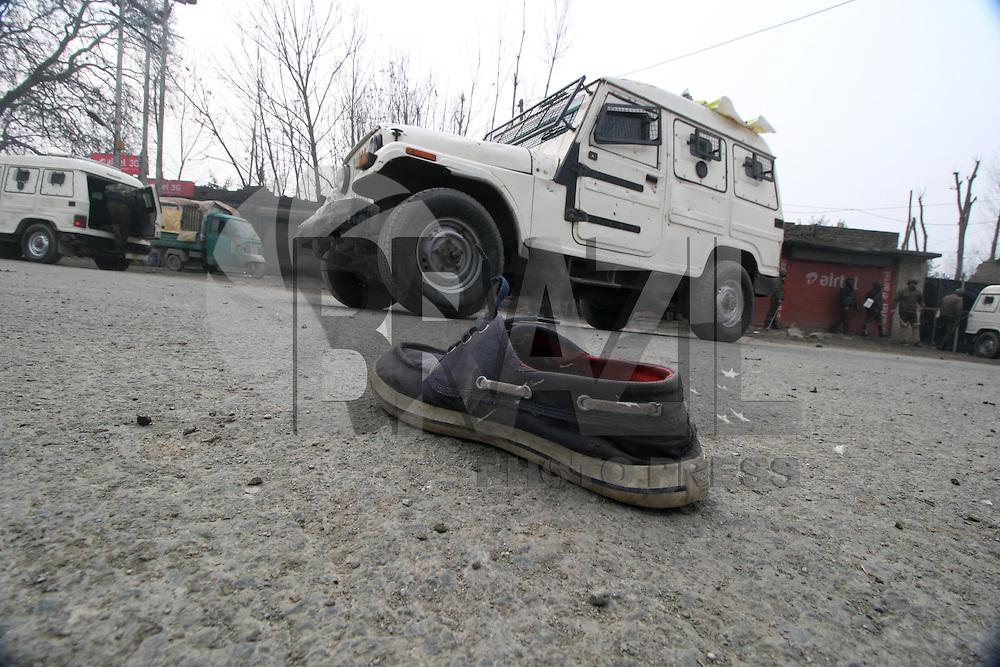 SRINAGAR, CAXEMIRA - 12.01.2016: ÍNDIA-CONFLITO - A polícia indiana entrou em confronto com manifestantes que carregavam o corpo do militante Ahmad Sajad, do Lashkar-e-Toiba, nos arredores de Srinagar, a capital da Caxemira , que foi morto em combate com forças do governo na segunda-feira (11), segundo a polícia local. (Foto: Faisal Khan/Brazil Photo Press)