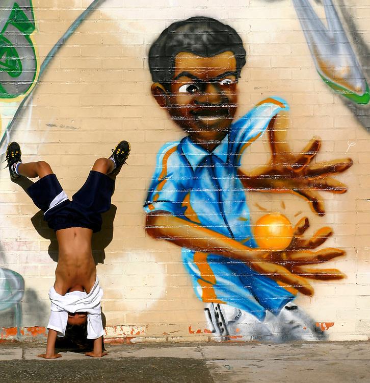 Sao Paulo_SP, Brasil...Garoto brincando proximo a um grafite, no patio da escola.  Escola Estadual Brigadeiro Gaviao Peixoto...A boy playing next to a graffiti in the school courtyard. Brigadeiro Gaviao Peixoto State School ...Foto: LEO DRUMOND / NITRO
