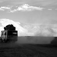 Tso Moriri - Luglio 2009: un pullman corre su una strada polverosa su un altopiano a 4000mt di altitudine. <br /> <br /> Tso Moriri - July 2009: a public bus passes by on a dusty plateau at a altitude of 15000ft asl.