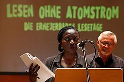 Im Vorfeld des G20-Gipfels in Hamburg lesen namhafte Künstler in der Laeiszhalle Texte des französischen Widerstandskämpfers Stéphane Hessel. Im Bild: Auma Obama<br /> <br /> Ort: Hamburg<br /> Copyright: Andreas Conradt<br /> Quelle: PubliXviewinG