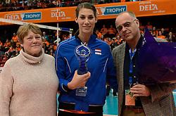 29-12-2013 VOLLEYBAL: DELA TROPHY UITREIKING INGRID VISSER AWARD: DEN BOSCH<br /> Volleybalkrant organiseerde de beste volleyballer en volleybalster 2013. De award die zij uitreikten kreeg een nieuwe naam - Ingrid Visser Award. De award, uitgereikt door de moeder van Ingrid Visser,  ging naar Robin de Kruijf. Rechts Edzo Doeve. <br /> &copy;2013-FotoHoogendoorn.nl