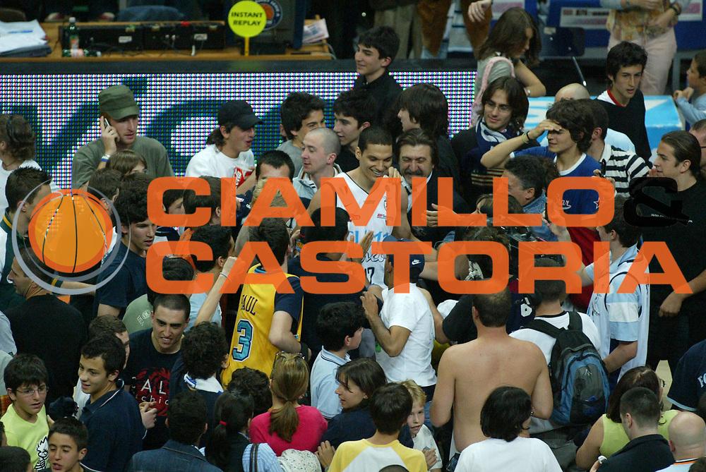 DESCRIZIONE : Bologna Lega A1 2005-06 Play Off Semifinale Gara 1 Climamio Fortitudo Bologna Carpisa Napoli <br /> GIOCATORE : Green Tifosi <br /> SQUADRA : Climamio Fortitudo Bologna <br /> EVENTO : Campionato Lega A1 2005-2006 Play Off Semifinale Gara 1 <br /> GARA : Climamio Fortitudo Bologna Carpisa Napoli <br /> DATA : 01/06/2006 <br /> CATEGORIA : Esultanza <br /> SPORT : Pallacanestro <br /> AUTORE : Agenzia Ciamillo-Castoria/L.Villani